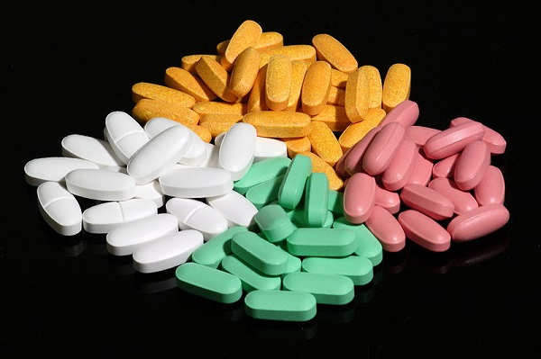 800px-Four_colors_of_pills