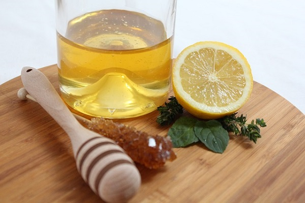 Acne face scrub using lemon and honey.